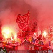 Auch das sieht man oft, die Verantwortlichen jedoch höchst ungern: Der Kölner Anhang begeht Karneval im Nürnberger Stadion mit einer Pyrotechnik-Aktion.
