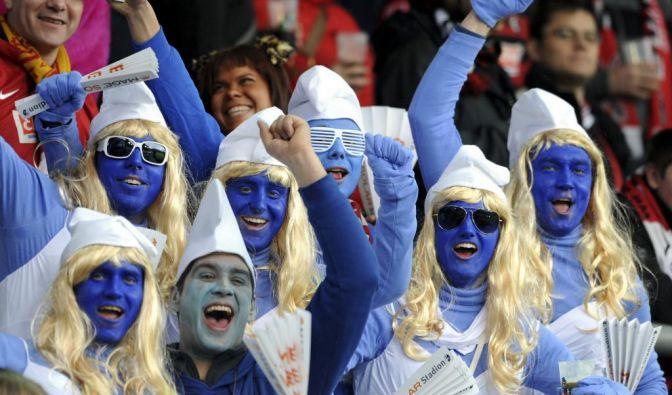Diese Freiburger Fans sind als Schlümpfe unterwegs. Doch wo ist eigentlich Papa Schlumpf abgeblieben?