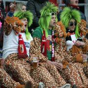 Diese Augsburger Anhänger repräsentieren eine sehr seltene Spezies: Die biertrinkende Bicolorfrisurengiraffe.