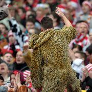 Alphatier im Leopardenlook: Auch der Vorsänger der Kölner Fans hat ein standesgemäßes Outfit gewählt.