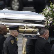 Der Sarg mit Whitney Houstons Leichnam wird in die New Hope Baptist Church gebracht.