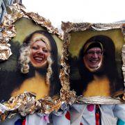 Mona Lisa gibt es gar in doppelter Ausführung, lächelnd und durch Köln schunkelnd.