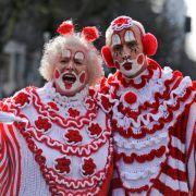 Diesen Herren, die an einem Düsseldorfer Umzug teilnehmen, haben sich bewusst für die Zweifarbigkeit entschieden.