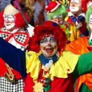 Karnevalisten mit «Mainzer Fassenachtskultur» schunkeln durch die Straßen.