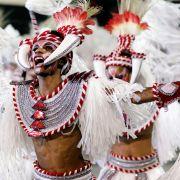 In Südamerika haben, im Gegensatz zum europäischen Karneval, Bier und Wein eine geringere, Federn hingegen eine größere Bedeutung.