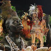 Sie feiern wirklich die ganze Nacht: Im Sambadrom in Rio de Janeiro treten die Tanzschulen zu Wettbewerbsrunden an. Sie dauern von Sonnenuntergang - bis Sonnenaufgang.