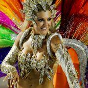 Feder frei im Sambadrom: Auf dem Ausstellungsgelände in Rio de Janeiro laufen die farbenprächtigsten Karnevalsparaden der Welt ab.