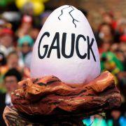 ... denn aus dem Ei schlüpft ein Gauck. Möge die Aufrechtigkeit mit ihm sein!
