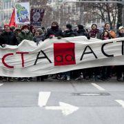 Ab zu den Akten: Zum ersten Aktionstag gegen Acta gingen deutschlandweit zehntausende Menschen auf die Straße.