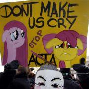 Dieses Plakat mit der Aufschrift «Dont make us cry. Stop Acta» war beim Protestmarsch in Düsseldorf zu sehen.
