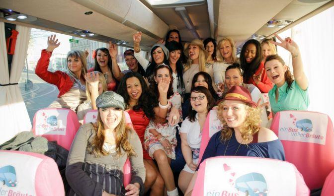 Ein Bus voller Bräute (Foto)