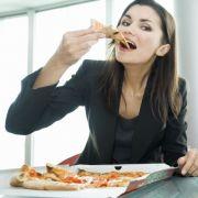 Mittagspausen-Fehler: Zu oft essen
