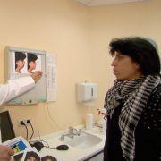 Da geht die Reise hin: Katrin S. (42) bekommt gezeigt, wie ihr Gesicht nach den Operationen aussehen soll.