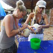Daniela (rechts) und Rebecca wollen es wissen und wagen den Versuch: Wie schmeckt wohl Rührei aus Straußeneiern?