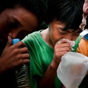 Platz 12: Weltweit sterben jährlich bis zu 20 Kinder am Lösungsmittelmissbrauch durch Herzstillstand oder Ersticken, wenn sie eine Plastiktüte über den Kopf ziehen. Die Lösungsmittel schädigen Herz, Hirn und Niere.