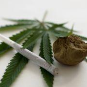 Platz 11: Die Gefährlichkeit von Cannabis sollte nicht unterschätzt werden. In geringen Dosen wirkt es euphorisierend, entspannend und schmerzstillend, in hohen Dosen führt es allerdings zu Wahnvorstellungen und Gedächtnisverlust.