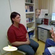 Von Dr. Klaus Walgenbach läßt sie sich über die möglichen Eingriffe informieren.