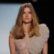Designer lassen ihre Models seit Jahren nur allzu gerne halbnackt über den Laufsteg flanieren, wie hier in einer Kreation von Lever Couture auf der Berliner Modewoche.