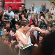 Da saß der Träger wohl etwas zu locker. Die französische Schauspielerin Sophie Marceau versuchte auf den Filmfestspielen in Cannes zu retten, was zu retten war.