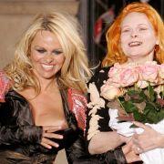 Ex-Baywatch-Nixe und Playboy-Urgestein Pamela Anderson (links) kennt sich mit Nacktheit aus. Der Busenblitzer auf einer Schau von Vivienne Westwood dürfte ihr daher nicht viel ausgemacht haben.
