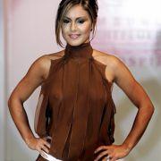 Moderatorin Nazan Eckes hätte bei der Fashion Charity Modenschau «Event Prominent» in Hamburg wohl besser einen BH tragen sollen. Ihr Kleid gewährt ziemlich deutliche Einblicke.