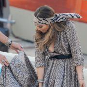 Jennifer Lopez setzt bekanntermaßen gerne auf tiefe Einblicke. Ihr Walle-Walle-Kleid beim Sommerspecial von Wetten, dass..? war dann aber doch etwas zu weit.