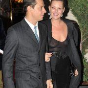 Kate Moss lässt sich gerne mal vollkommen nackt ablichten. Wieso also nicht im Transparentlook am Rande der Pariser Fashion Week erscheinen?