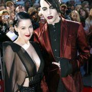 Unschuldig war Burlesque-Tänzerin Dita von Teese wohl nie. Das ist sie auch nicht in diesem Outfit an der Seite von Schockrocker Marilyn Manson.