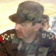 Falsche Versprechungen: Immer wieder lässt Assad (zweiter von rechts), hier bei einem Truppenbesuch in Damaskus, seine Zusagen für einen Rückzug platzen.