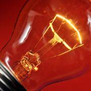 ... die bereits 1924 ihren Lauf nahm. Damals schlossen sich mehrere Glühbirnenhersteller zu einem Kartell zusammen und schlossen einen Pakt: Sie wollten ihre Leuchtmittel so manipulieren, dass sie statt 2500 nur noch 1000 Stunden brannten.