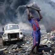 7,8 Kilogramm Elektroschrott verursacht laut Berechnungen der EU jeder Deutsche pro Jahr. Ein Großteil wird illegal nach Afrika verschifft. Riesige Müllhalden verunstalten etwa Ghanas Hauptstadt Accra und gefährden Bevölkerung und Natur.