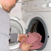 Waschmaschinen liefen früher meist 15 Jahre und länger. Heute zicken sie meist schon nach 5 Jahren. Häufiger Grund: Die Heizung ist defekt. Eine Reparatur lohnt meist nicht, weil Ersatzteile zu teuer sind. Also wird ein neues Gerät gekauft.