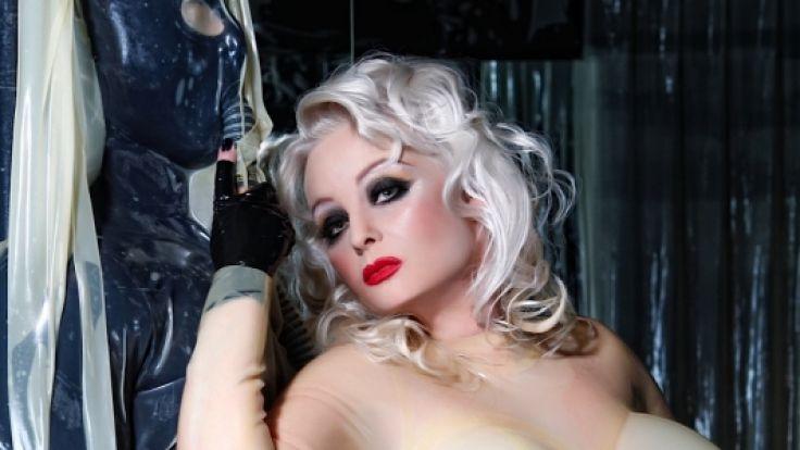 Domina Madame Gillette trägt ein Ganzkörper-Latexkostüm. (Foto)