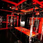 Dieses Spielzimmer lädt mit Streckbank und Sklavenstuhl ein.