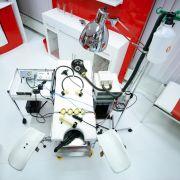 Willkommen im Krankenhaus: Dieser Raum vermittelt glaubhafte Klinik-Atmosphäre. Der Patient darf sich auf diesen Gynäkologenstuhl legen ...