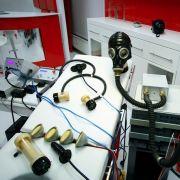 ... dann beginnt die Behandlung mit Atemmaske, Strom und diversen weiteren Gerätschaften.