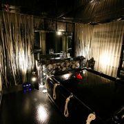 Die «Rubbersuite» ist die neueste Konstruktion im Studio «Black Fun». Dieser Raum besteht komplett aus Latex besteht. Die kühle, glatte Beschaffenheit des Kunststoffes kann so überall erfühlt werden.