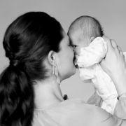 Die Aufnahmen zeigen die damals drei Wochen alte Prinzessin Estelle Silvia Ewa Mary zusammen mit den stolzen Eltern.