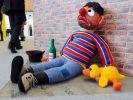 Ernie als Obdachloser: Ausstellung «Broken Heroes» in Berlin (Foto)