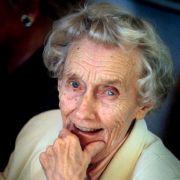 Aus ihren Augen sprüht das Kind, obwohl Astrid Lindgren auf diesem Foto 90 Jahre alt ist.