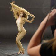 Beim Bodypaint-Fotoshooting machte Sara als Löwe eine tolle Figur. Beim Medientraining vor Journalisten...