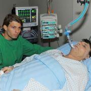 Nach einem gefährlichen Schusswechsel in GZSZ-Folge 5000 wird Jo Gerner (Wolfgang Bahro) ins Krankenhaus gebracht. Sein Sohn Dominik (Raul Richter) steht ihm zur Seite.
