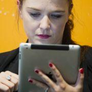 Freibeutertum verpflichtet: Julia Schramm, hier mit iPad in der Hand, zwitschert gerne und viel.