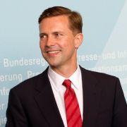 Er ist das Sprachrohr von Kanzlerin Angela Merkel: Steffen Seibert twittert passenderweise unter dem Twitter-Nickname Regsprecher.