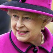 Im Alter ruhiger werden? Für Königin Elizabeth II. zählt das nicht - sie greift in Sachen Outfitwahl oft und gerne in den Farbtopf und entscheidet sich wie hier mit Vorliebe für knallbunte Outfits.