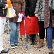 Am 29. März versammelten sich 50 Bürger vor der Polizeidienststelle in Emden und verlangten, den Verdächtigen herauszugeben.