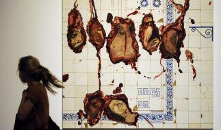 «Alles Kannibalen», heißt eine Ausstellung in Berlin. Adriana Varejao aus Brasilien steuerte das Werk «Helden» bei. (Foto)