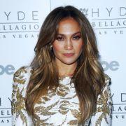 Schwindeln hinsichtlich des Alters kommt selten gut an (und meistens doch heraus): Als Jennifer Lopez bei einem Prozess aussagen musste, stellte sich heraus, dass sie nicht 1970, sondern 1969 geboren wurde.