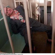 Einen sehr kruden Geschmack bewies hingegen der russische Serienmörder Andrei Chikatilo (hier während der Verhandlung in einem Käfig).