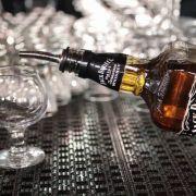 Nach dem Essen wollte er drei Shots Jack Daniel's Whiskey - aber bitte Schmuggelware.